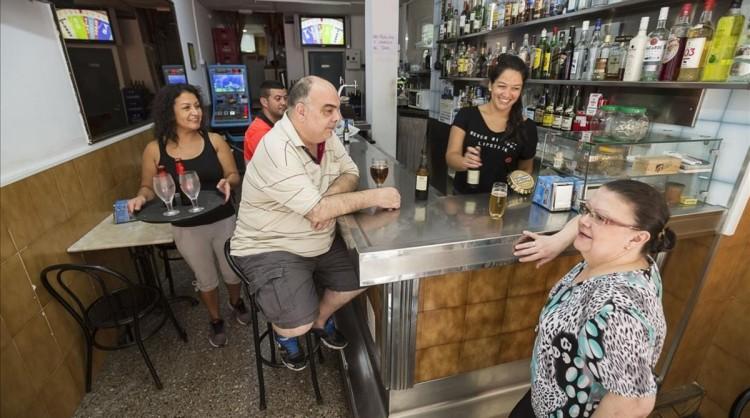 Barcelona 26 08 2016 Reportaje de los bares de barrio en este caso de la Verneda en la foto Bar El Puerto  Camp Arriassa  80  La chica de detras de la barra se llama Tamara  FOTO JOSEP GARCIA